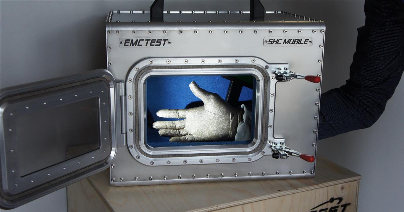shc-mobile-camera_schermata-trasportabile-shielded-anechoic-chamber-with-glove-www.emctest.it (6).jpg